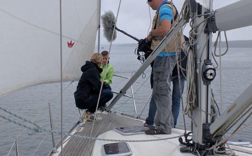 Moderatorin Ulrike Finck an Bord der Segelyacht auf dem Scharmürtzelsee