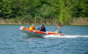 DLRG Motorboot in voller Fahrt auf dem Scharmützelsee