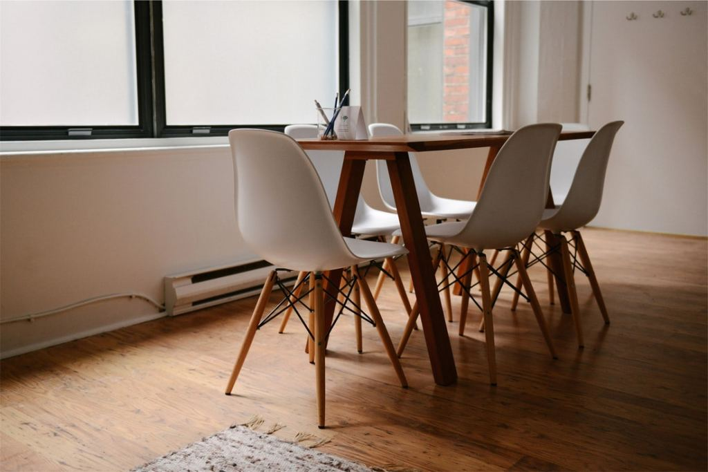 Pöytä ja valkoiset tuolit kokoushuoneessa