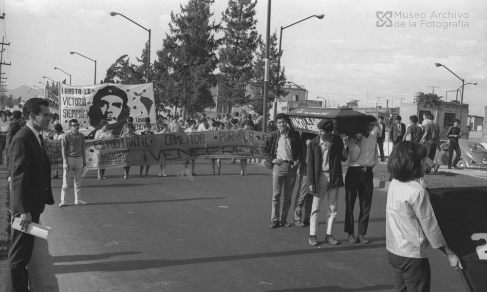 Pasos, gritos, tanquetas y anhelos. Fotografía de ©Gobierno de la Ciudad de México, Secretaría de Cultura, Museo Archivo de la Fotografía.  [010890-R400-18-021]. Manifestación estudiantil (13 de agosto, 1968)