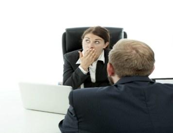 personas-guardan-informacion-oficina-toxica-mi-vida-freelance
