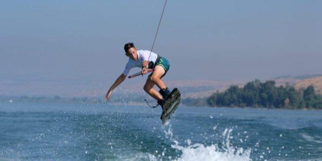 צפו: ילדים ונוער בתחרות אליפות ישראל בסקי מים בחוף עין גב