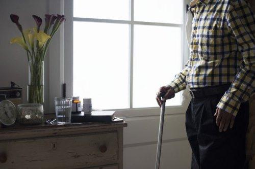 "elderly-indian-man-retirement-house_53876-30552-500x333 אישום: תושב תל אביב גנב עשרות אלפי ש""ח מקשישים"