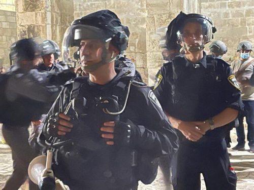 WhatsApp-Image-2021-05-07-at-22.06.06-500x375 6 שוטרים נפצעו במהלך עימותים בהר הבית