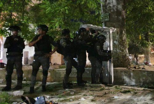 WhatsApp-Image-2021-05-08-at-02.57.57-500x337 זירת קרב בהר הבית: 205 פלסטינים ו-17 שוטרים נפצעו בעימותים