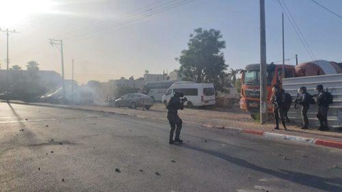WhatsApp-Image-2021-05-11-at-18.31.36-2-500x281 יידוי אבנים בלווית ההרוג מלוד, שני שוטרים נפצעו קל