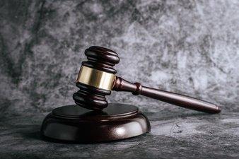 "wooden-judges-gavel-table-courtroom-enforcement-office_1150-19608 תיק החקירה נגד ראש עיריית ראשל""צ לשעבר דב צור נסגר"