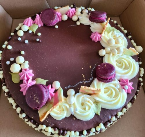 -יום-הולדת-סיון-בייקרי-500x473 מתכון לעוגת יום הולדת מפנקת במיוחד עם שכבות טורט שוקולד
