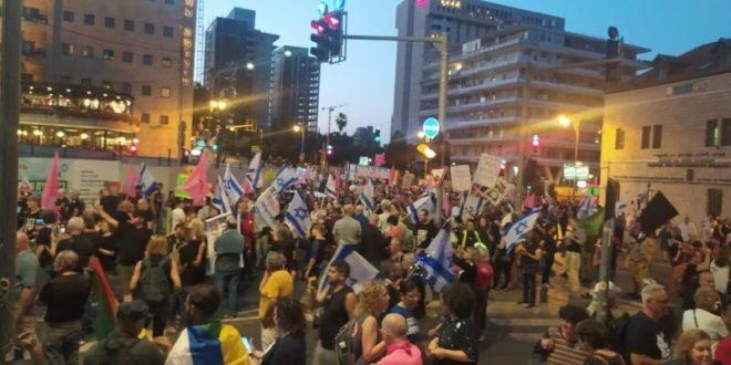 """פעילי התנועה לאיכות השלטון מפגינים סמוך למעון רה""""מ: """"אתם עמוד האש לפני המחנה"""""""