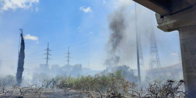 שריפה פרצה בכביש 4 סמוך לפארק אריאל שרון, צוותי כיבוי בזירה