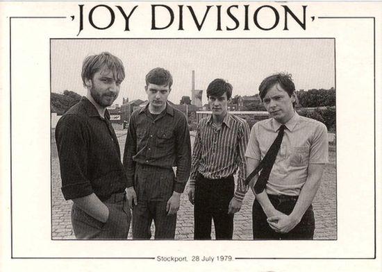 """Joy Division"". H ονομασία του γερμανικού στρατοπέδου με τις πόρνες, που έδωσε το όνομά του στο θρυλικό συγκρότημα. Η μπάντα με τη σύντομη διάρκεια και τις μεγάλες επιτυχίες"