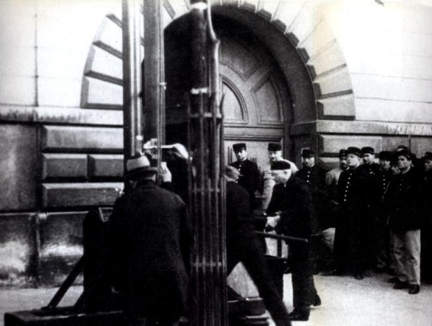 Την εκτέλεση παρακολούθησε και ο Βρετανός ηθοποιός Κρίστοφερ Λι, απ' το μπαλκόνι του σπιτιού του. Ήταν 17 ετών τότε και η εικόνα έμεινε χαραγμένη στο μυαλό του.