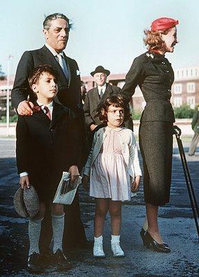 Παλιές οικογενειακές στιγμές του Ωνάση με τα παιδιά του και την πρώην σύζυγό του Τίνα.
