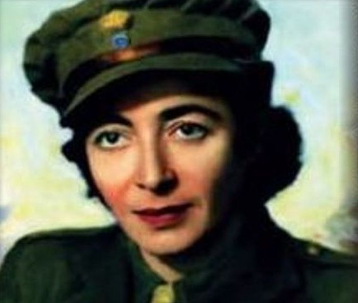 Η πρώτη Ελληνίδα αλεξιπτωτίστρια που πολέμησε τους Γερμανούς ως μυστική πράκτορας. Κατατάχθηκε στους καταδρομείς και μετά από την αποχώρηση των Γερμανών, ζήτησε να πολεμήσει τους Ιάπωνες!