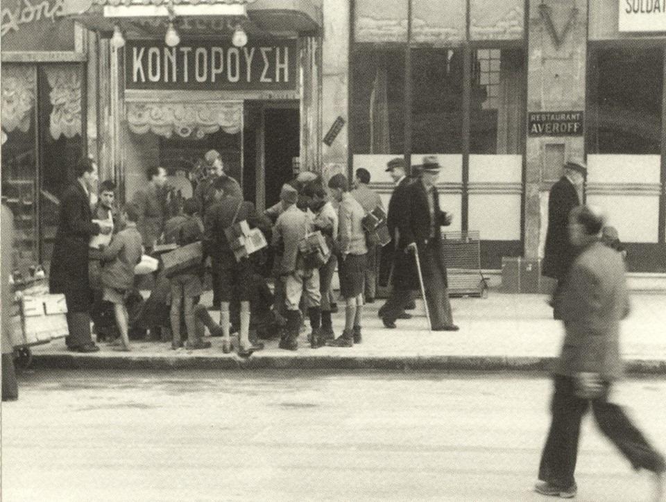 Φωτογραφίες από μια ασπρόμαυρη δεκαετία που πεινούσε και πονούσε. Η Σταδίου το 1945, όταν επούλωνε τις πληγές της από τα καταστροφικά Δεκεμβριανά