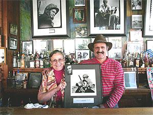 """Ο Νίκος Κλωνής και η μητέρα του, Κική, στο εστιατόριο τους, """"Evangelo's""""."""