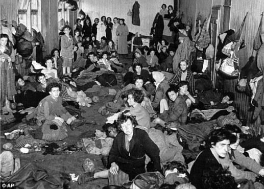 Οι κρατούμενες γυναίκες έδιναν κουράγιο η μια στην άλλη.