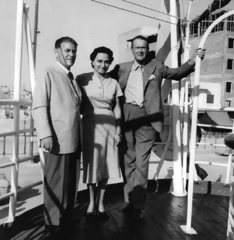 Η Εριέττα Λάτση ανάμεσα στον Γιάννη Λάτση (αριστερά) και στον Αμερικανό ηθοποιό Κίφτον Γουέμπ στο «Νεράιδα», στα γυρίσματα της ταινίας «Το παιδί και το δελφίνι»