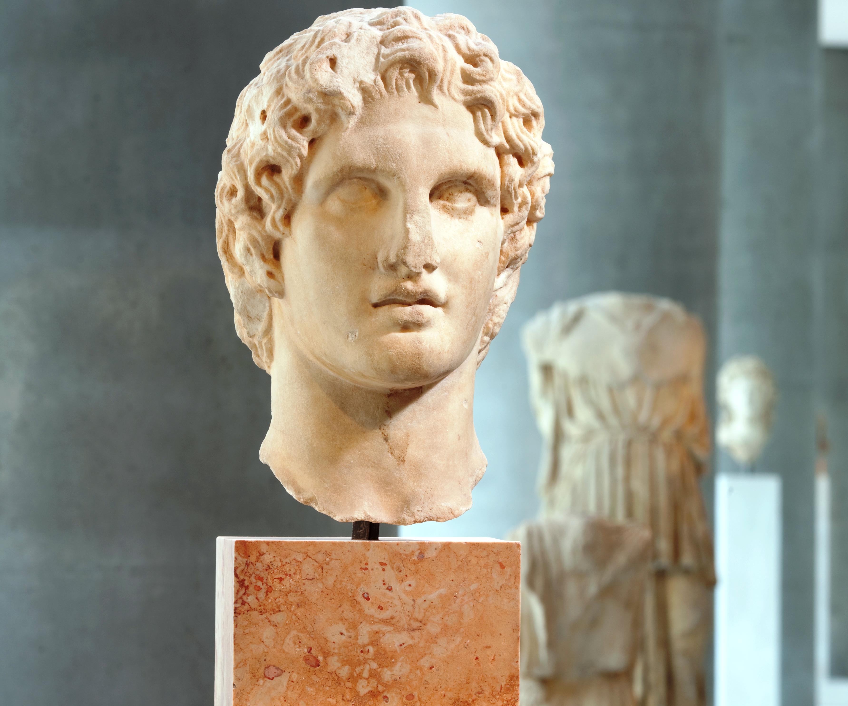Ο Μέγας Αλέξανδρος της Ακρόπολης. Ένα από τα ωραιότερα σωζόμενα γλυπτά του στρατηλάτη μετά την επίσκεψή του στην Αθήνα. Οι άλλοι Αλέξανδροι στα μουσεία όλου του κόσμου που διεκδικούν τα πρωτεία