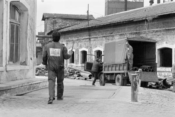 Εργάτες της ΔΕΦΑ μέσα στο χώρο του εργοταξίου