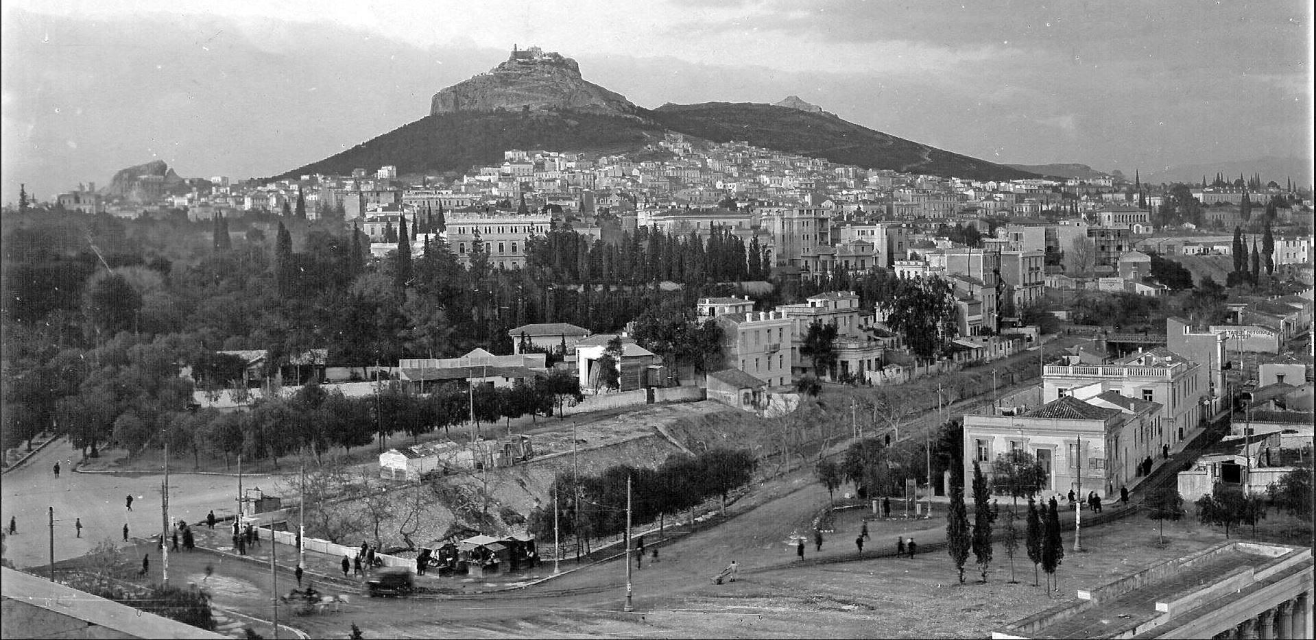 """Στα 1900 διέσχιζαν το λεκανοπέδιο 700 χείμαρροι, ποτάμια και ρυάκια. Η Σταδίου ήταν ποτάμι και μπαζώθηκε μαζί με τον αρχαίο Ιλισό, Ηριδανό και Κυκλοβόρο. Από τότε """"βουλιάζουμε"""""""