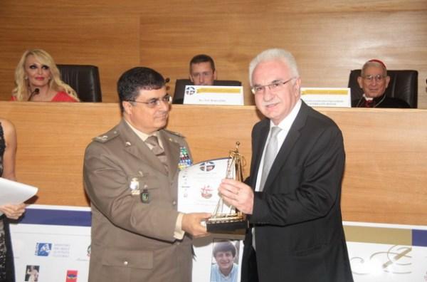 Ο Στρατηγός Gerardo Restaino βραβεύει τον Γιώργο Τσούκαλη