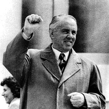 """Ενβέρ Χότζα. Ο Αλβανός «Στάλιν» των Βαλκανίων. Δίδαξε σε λύκειο της Κορυτσάς, πολέμησε τους Ιταλούς, """"αυτοκτόνησε"""" τους αντιπάλους του, έκανε τους ναούς και τα τζαμιά στάβλους"""