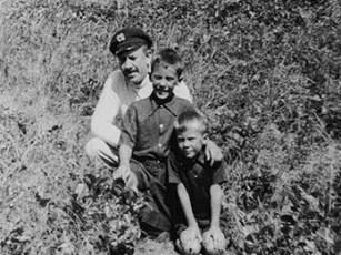 Ο Στάινμπεκ ποζάρει με τους δύο του γιους