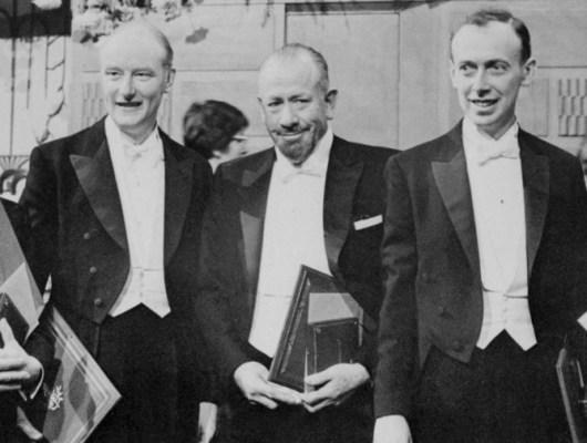 Ο Τζον Στάινμπεκ κέρδισε Νόμπελ Λογοτεχνίας το 1962. Στα αριστερά του ο Τζέιμς Γουάτσον και στα δεξιά του ο Φράνσις Κιρκ τιμήθηκαν με τον Νόμπελ Ιατρικής