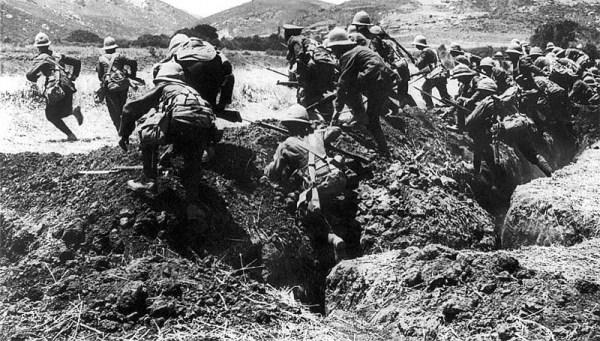 Στρατιώτες των Συμμάχων επιτίθενται, κατά τη διάρκεια των επιχειρήσεων στην Καλλίπολη, για να...αποδεκατιστούν από τα τουρκικά πολυβόλα.