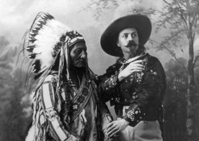 Οι πολεμιστές Ινδιάνοι Σιου φωτογραφίζονται λίγο μετά τις φονικές μάχες με τον Μπούφαλο Μπιλ. Αφού τους νίκησε, τους έκανε πρωταγωνιστές σε σόου με θέμα την Άγρια Δύση!