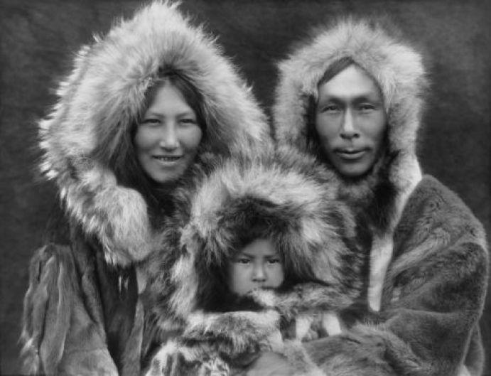 """Το σοκ των ιεραποστόλων όταν αντίκρισαν τις γυναίκες των Εσκιμώων με εσώρουχα """"στρινγκ"""". Ήταν κατασκευασμένα από δέρμα φώκιας και τα φορούσαν μέσα στο σπίτι, ακόμα και μπροστά στους καλεσμένους - ΜΗΧΑΝΗ ΤΟΥ"""