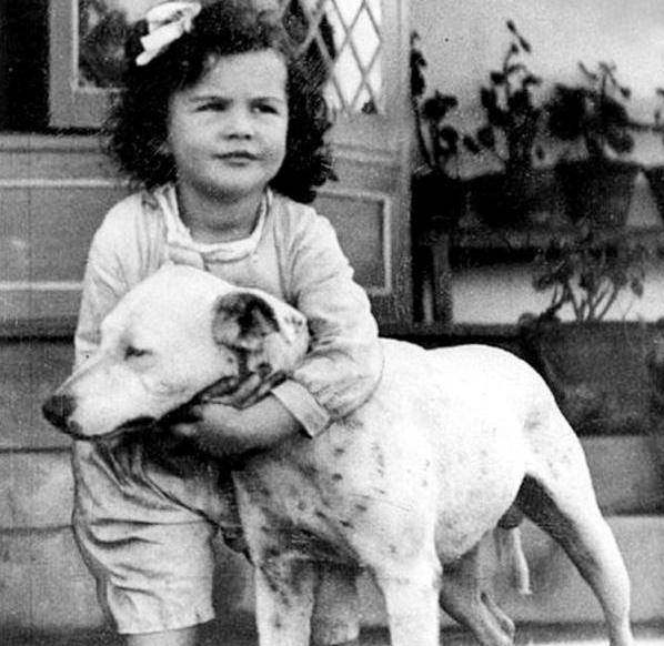 Το κοριτσάκι που βλέπετε, όταν μεγάλωσε έγινε μία από τις πιο όμορφες και θρυλικές ηθοποιούς σταρ του κινηματογράφου. Πρωταγωνίστησε σε μια από τις πιο ιστορικές ταινίες του Χόλιγουντ
