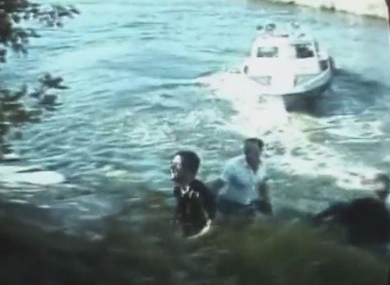 Ένας από τους άντρες έφτασε στη δυτική πλευρά και το σκάφος των φρουρών απομακρύνεται