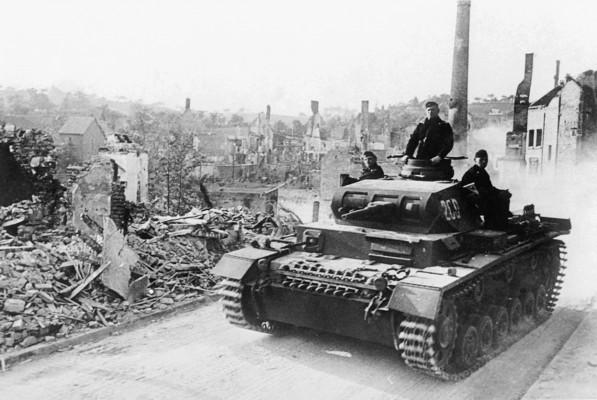 Το φιάσκο της γραμμής Μαζινό στη Γαλλία. Τα οχυρά που κόστισαν 3 δισ. φράγκα και θεωρήθηκαν το απόλυτο οχυρωματικό έργο. Ο Ρόμελ, απλώς, τα προσπέρασε και σε πέντε μέρες η Γαλλία είχε ηττηθεί