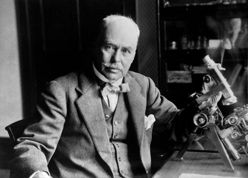 Η τρομερή διαμάχη δύο επιστημόνων για το ποιος ανακάλυψε τον τρόπο μετάδοσης της ελονοσίας. Ο επιστήμονας που πήρε το Νόμπελ είχε χάσει τον παππού του και είχε νοσήσει και ο ίδιος από ελονοσία