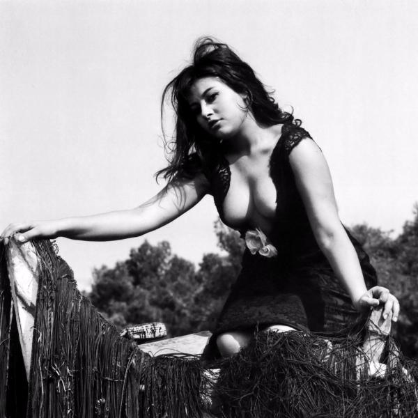 Η Ελένη Ανουσάκη στη Νέα Κρήνη το 1964 φωτογραφημένη από τον Γιάννη Κυριακίδη.