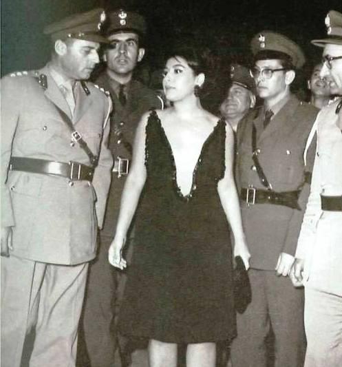 Το τολμηρό «φόρεμα τόπλες» παραλίγο να στείλει την Ελένη Ανουσάκη στο κρατητήριο. Η αστυνομία της απαγόρευσε την είσοδο στο Φεστιβάλ Κινηματογράφου, με τη δικαιολογία της προσβολής της δημοσίας αιδούς