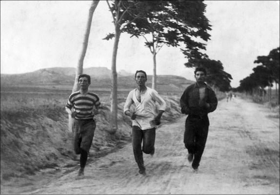 Φωτογραφία από τον Μαραθώνιο του 1896. Ο Βασιλάκος στη μέση