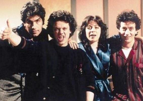 Οι Απαράδεκτοι. Η σειρά που έκανε καλύτερη την ελληνική τηλεόραση (για λίγο). Η άγνωστη συμμετοχή του Ηλία Ψινάκη και μερικές από τις καλύτερες ατάκες της σειράς