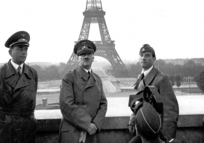 Στο κέντρο ο Χίτλερ, με τον Σπέερ αριστερά και τον Μπρέκερ δεξιά.
