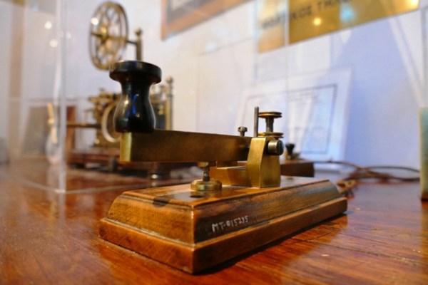 Χειριστήριο Μορσικού τηλέγραφου του Τηλεγραφείου Αθηνών. Χρονολογείται από την έναρξη της τηλεγραφίας στην Ελλάδα