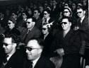 Η πρώτη προβολή έγχρωμης ταινίας 3D έγινε το 1952 στην Αμερική, αλλά περισσότερο εντυπωσίασαν οι θεατές που φορούσαν γυαλιά. Ήταν καινοτομία ενός οφθαλμίατρου κόντρα στην εξάπλωση της TV
