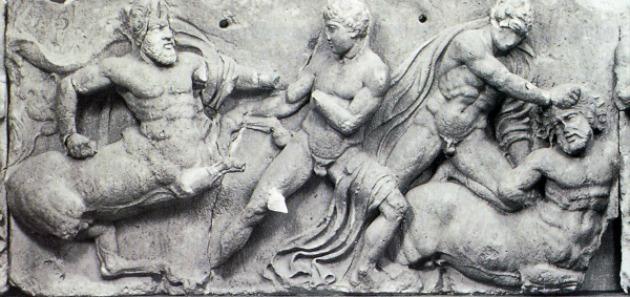 Οι Κένταυροι πολεμούν τους Λαπίθες και η μάχη τους αναπαριστάται από τον Φειδία στις μετώπες του Παρθενώνα. (Κενταυρομαχία, Νότια Ζωοφόρος) Βρετανικό Μουσείο