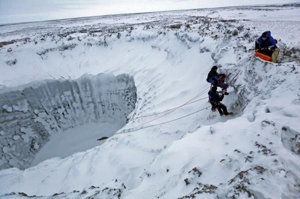 Η έντονη χιονόπτωση στην περιοχή μετέτρεψε τον πυθμένα του κρατήρα σε παγωμένη λίμνη
