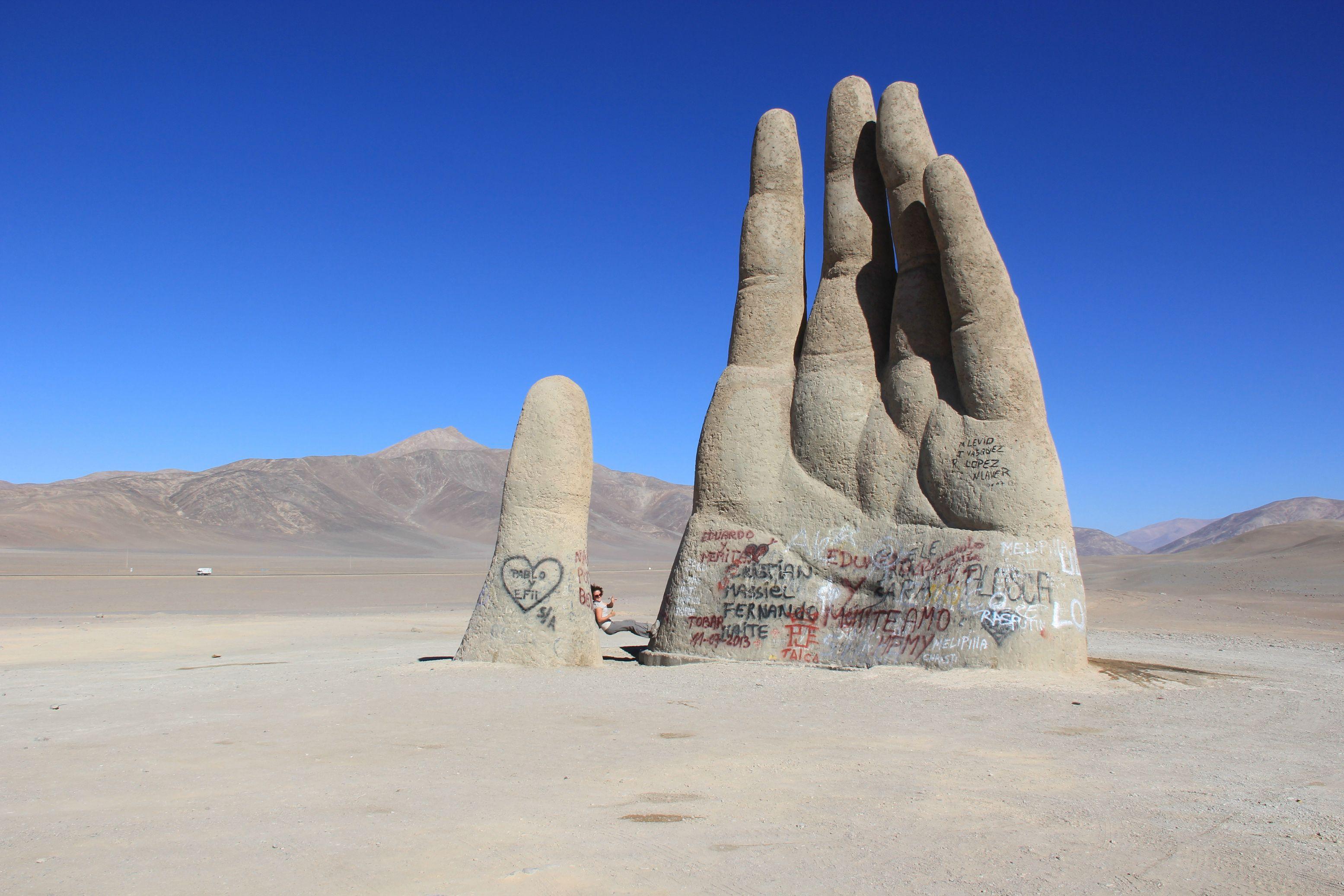 """Το """"εξωγήινο μνημείο"""" στη μέση της ερήμου. Βρίσκεται στο πιο ξηρό σημείο του πλανήτη που είχε να βρέξει 400 χρόνια! Κινδυνεύει μόνο από το γκράφιτι, καθώς είναι αδύνατο να φυλαχθεί"""