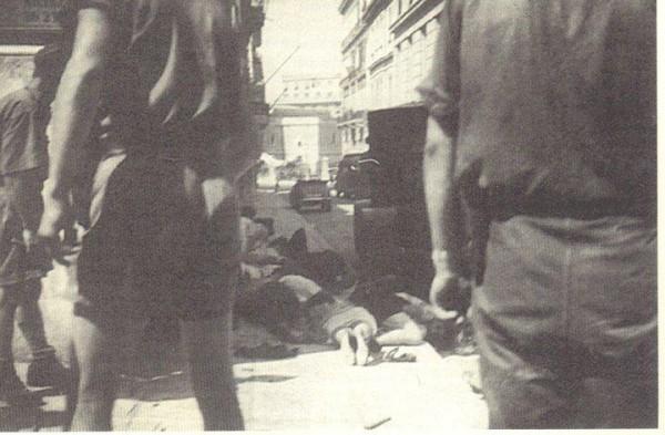 """Όπως εξομολογήθηκε η Μαρία Καρρά, στέλεχος της μαθητικής ΕΠΟΝ και αυτόπτης μάρτυρας των γεγονότων της 22ας Ιουλίου '43: """"Εκείνο που ήταν πολύ χαρακτηριστικό, ήταν ότι ήμασταν όλοι άοπλοι. Πηγαίναμε να πολεμήσουμε και να διεκδικήσουμε από έναν κατακτητή σιδερόφραχτο, καλοντυμένο, καλοταϊσμένο και φανατικό. Εμείς πηγαίναμε άοπλοι, κουρελιασμένοι, ξεπαπούτσωτοι πολλές φορές, αλλά...πηγαίναμε!"""