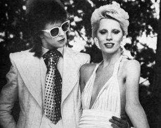 Η Angie, υπήρξε η πρώτη σύζυγος του Bowie και έρωτας του Mick Jagger