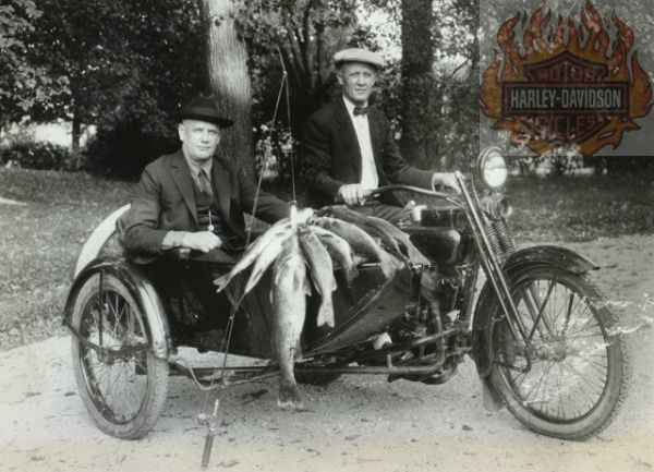 Ο Harley μαζί με τον Davidson γυρνάνε από ψάρεμα πάνω στη μηχανή τους. Οι δύο φίλοι δημιούργησαν την περίφημη μοτοσυκλέτα Harley-Davidson, σε μια καλύβα. Ο μεγαλύτερος πελάτης τους ήταν ο στρατός