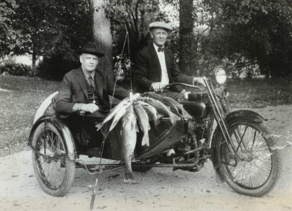 Στην αγαπημένη τους μηχανή μετά από μια συνηθισμένη βόλτα για ψάρεμα, 1924. Στα δεξιά ο Ουίλιαμ Χάρλεϊ και δεξιά ο Άρθουρ Ντάβιντσον